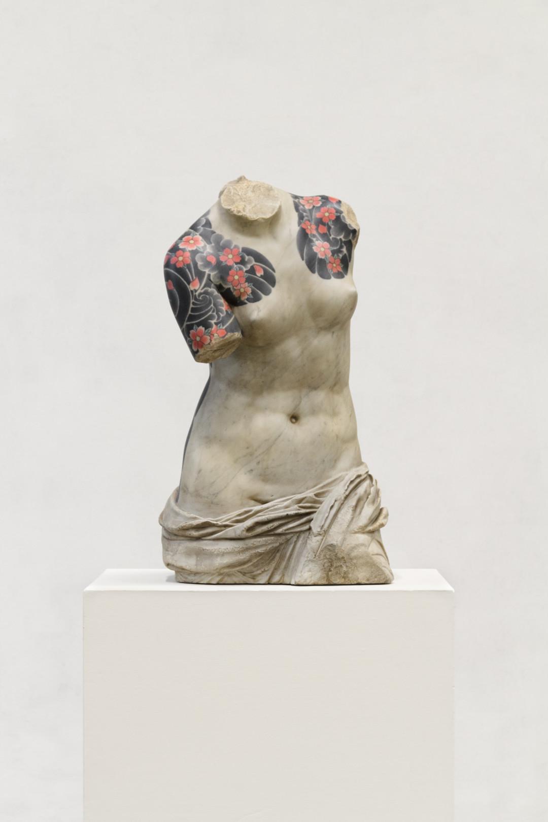 venus-2016-marmo-bianco-e-pigmenti-cm-79x43x36-8676