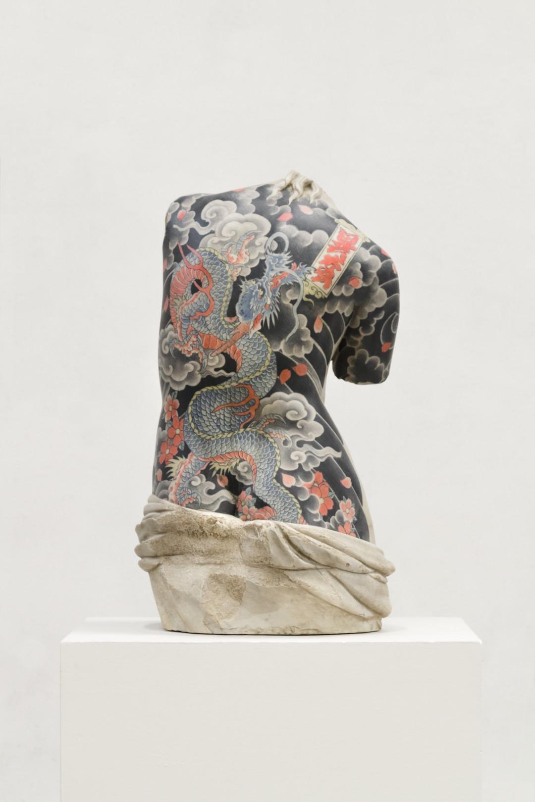 venus-2016-marmo-bianco-e-pigmenti-cm-79x43x36-8695