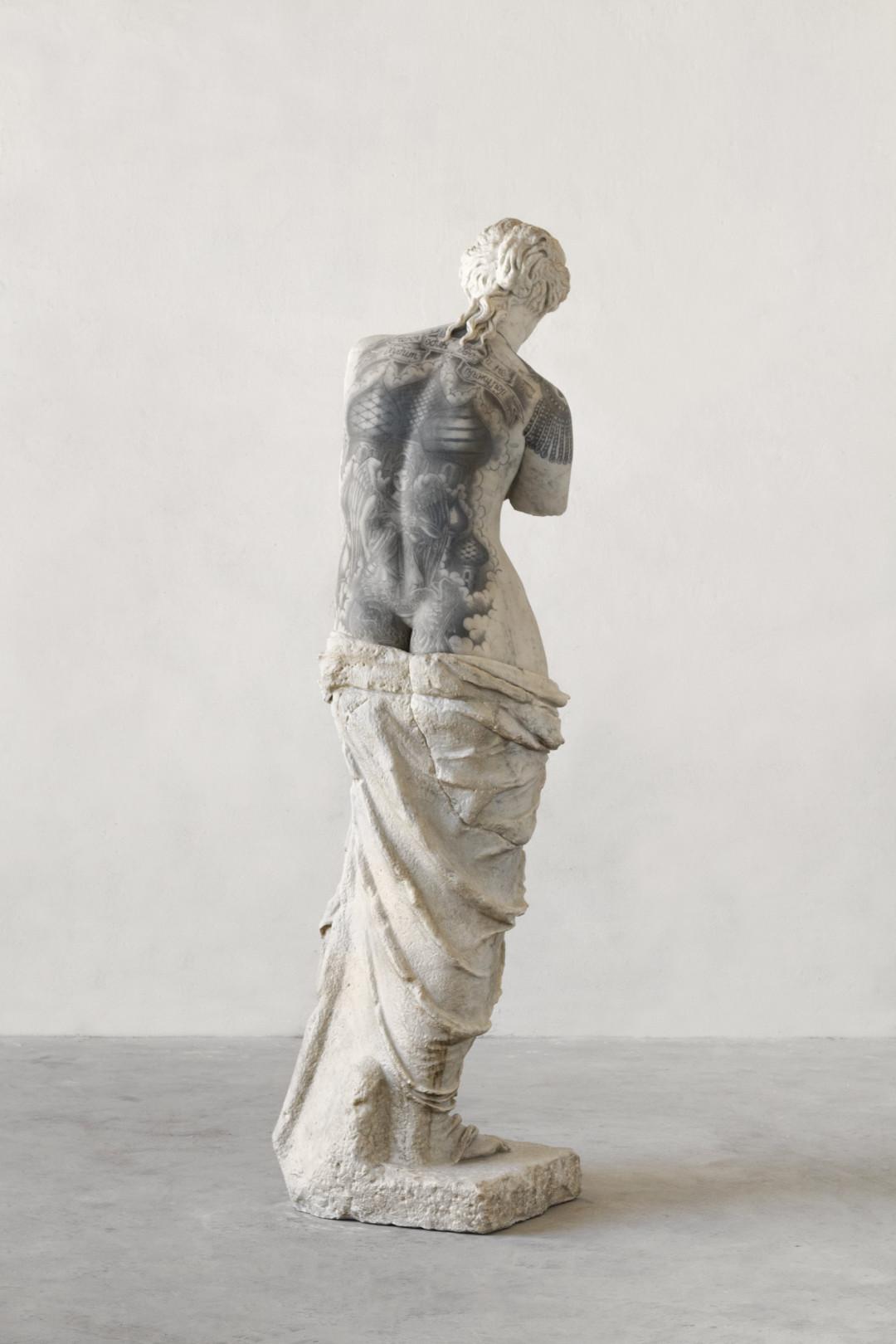 venus-2017-marmo-bianco-e-pigmenti-cm-214-x-68-x-65-img88923