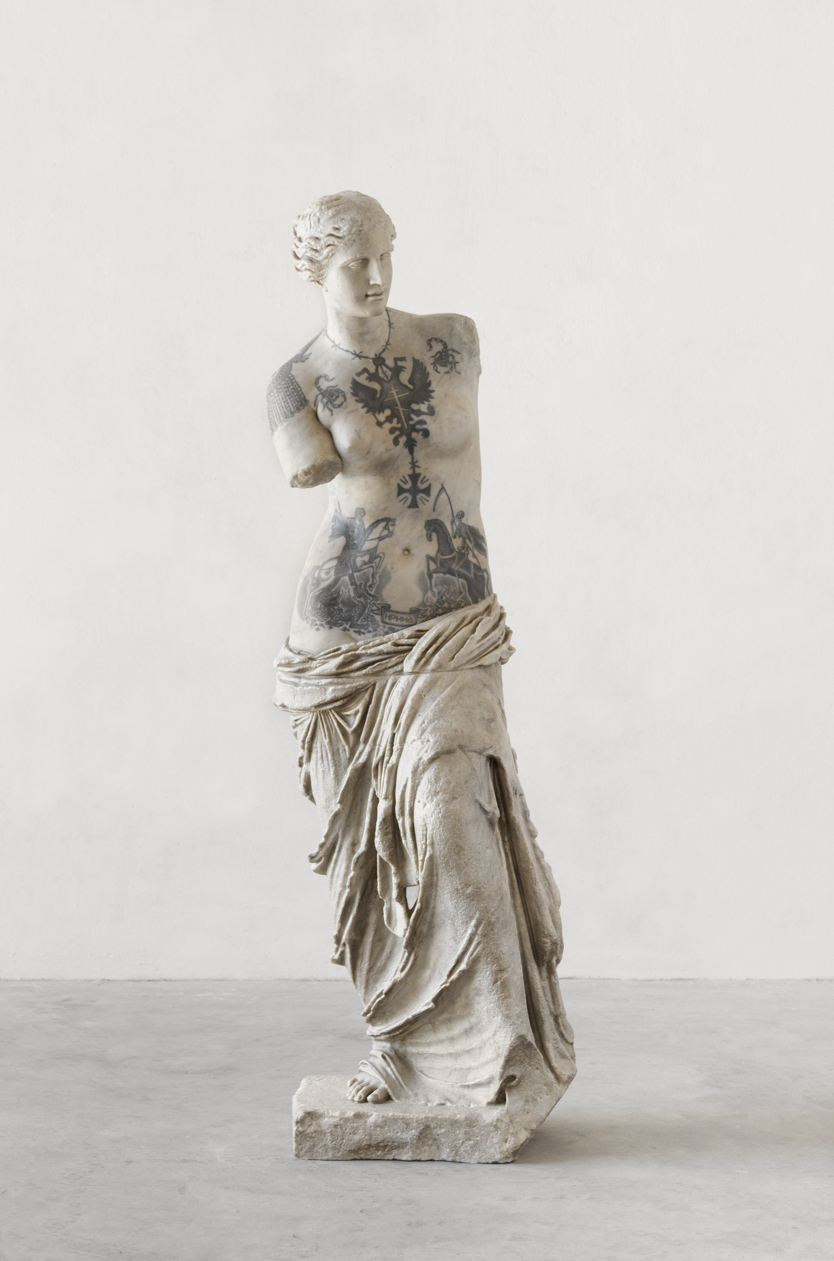 venus-2017-marmo-bianco-e-pigmenti-cm-214-x-68-x-65-img8909